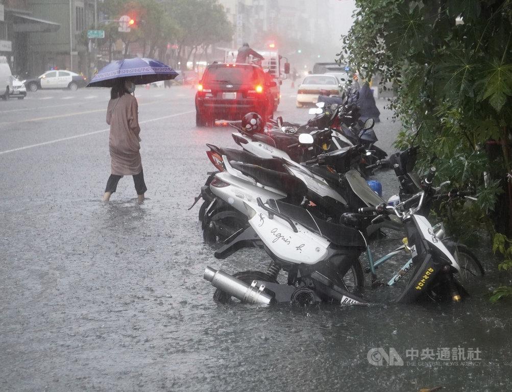 高雄市22日強降雨,造成多處淹水,鹽埕區道路積水未退,直到傍晚仍有至腳踝的積水深度。中央社記者董俊志攝 109年5月22日