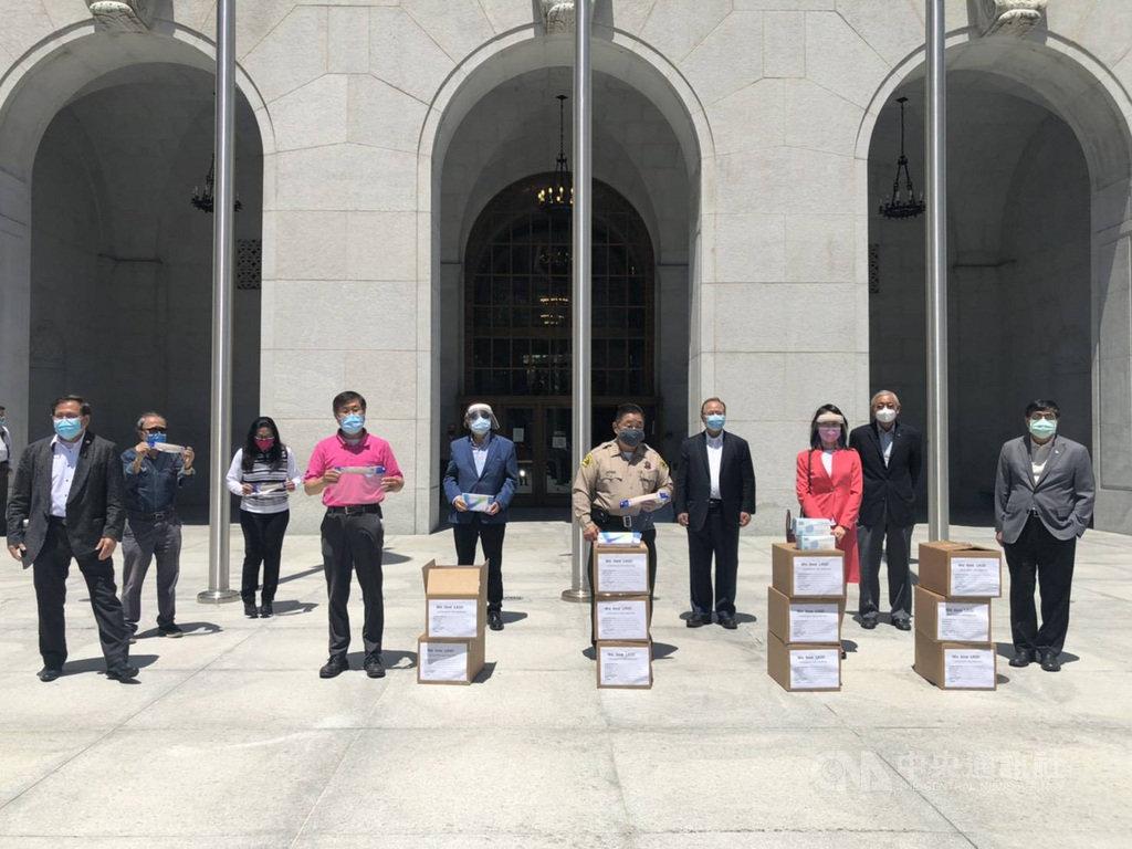 8個來自台灣的僑胞團體聯合捐出1萬片口罩、面罩及手套等防疫裝備給洛杉磯郡警察局。(楊賢怡提供)中央社記者林宏翰洛杉磯傳真  109年5月22日