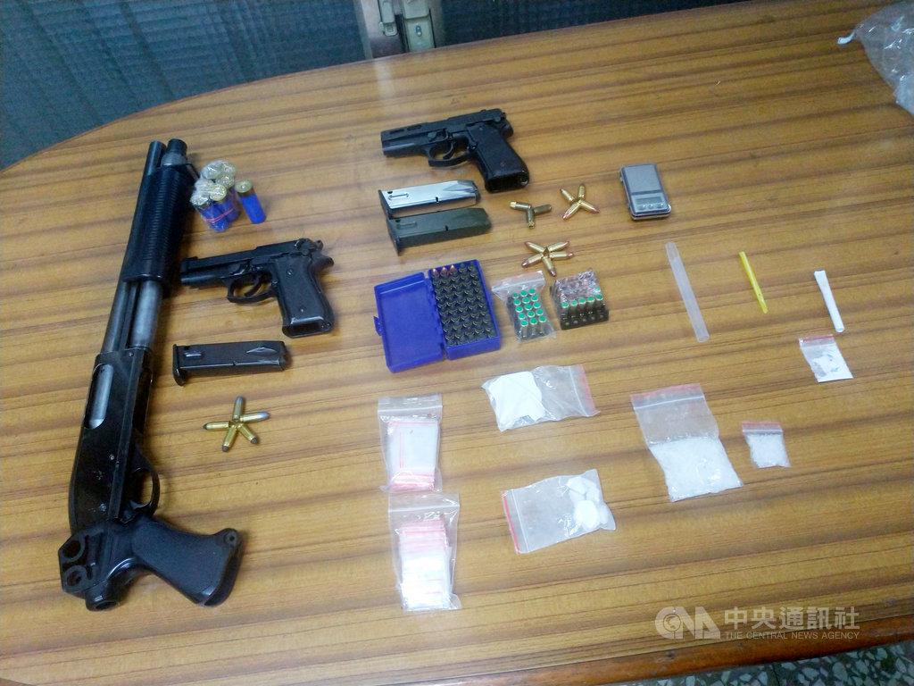 高雄市警方22日宣布偵破一起槍毒案,查獲多包海洛因、安非他命及霰彈槍、手槍共3把與100多發子彈,且手槍已上膛。(警方提供)中央社記者陳朝福傳真  109年5月22日