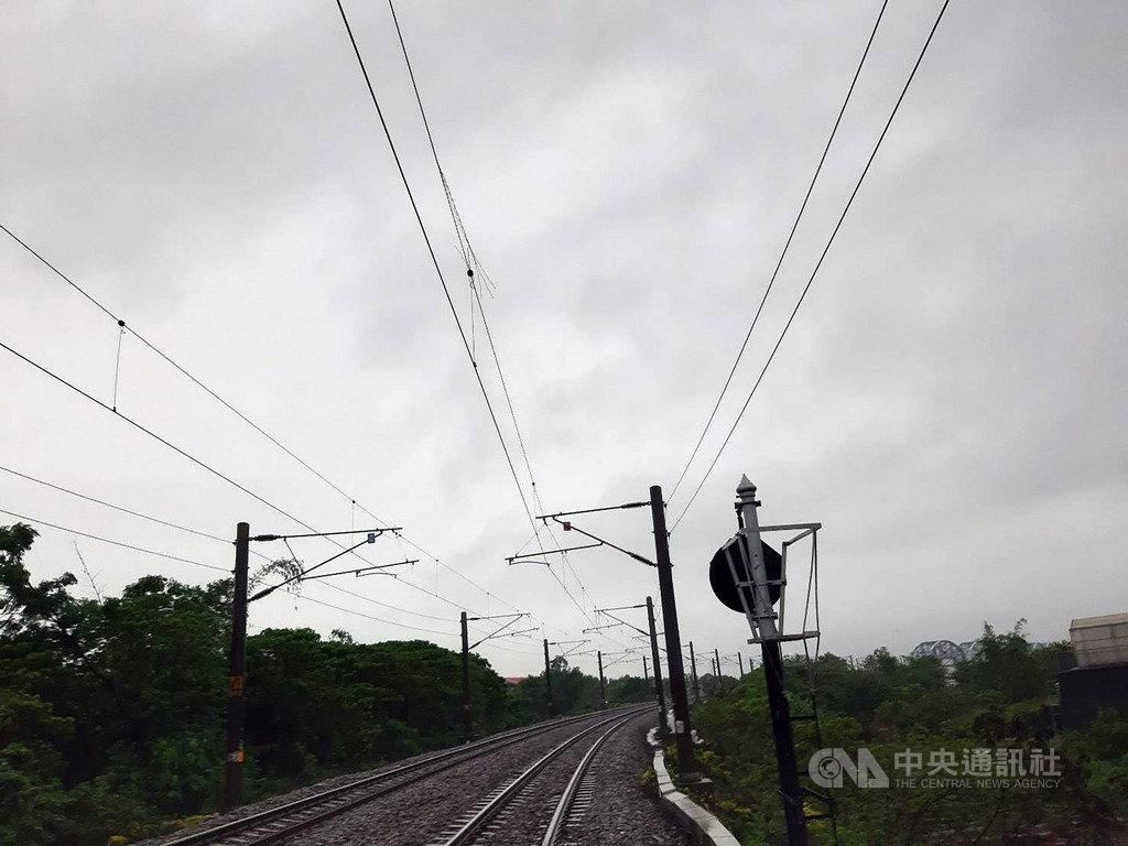 台鐵屏東往返高雄九曲堂的西正線電車線22日晚間6時許遭雷擊,一度單線不通,台鐵獲報緊急派員冒雨搶修,目前已恢復雙線通車。(台鐵屏東站提供)中央社記者郭芷瑄傳真 109年5月22日