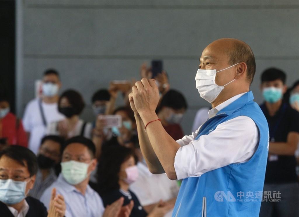 高雄市長韓國瑜陣營11日再度聲請暫停執行罷韓投票,台北高等行政法院審理後,22日裁定駁回。圖為韓國瑜(前)12日戴口罩出席活動。(中央社檔案照片)