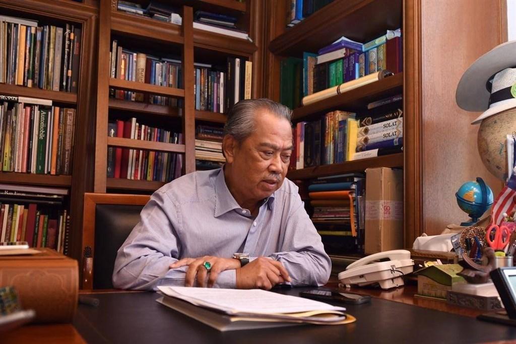 馬來西亞內閣官員驚傳感染武漢肺炎,出席同場會議的首相慕尤丁首次檢測結果呈陰性反應,為了安全起見,從22日中午開始居家隔離14天。(圖取自facebook.com/ts.muhyiddin)