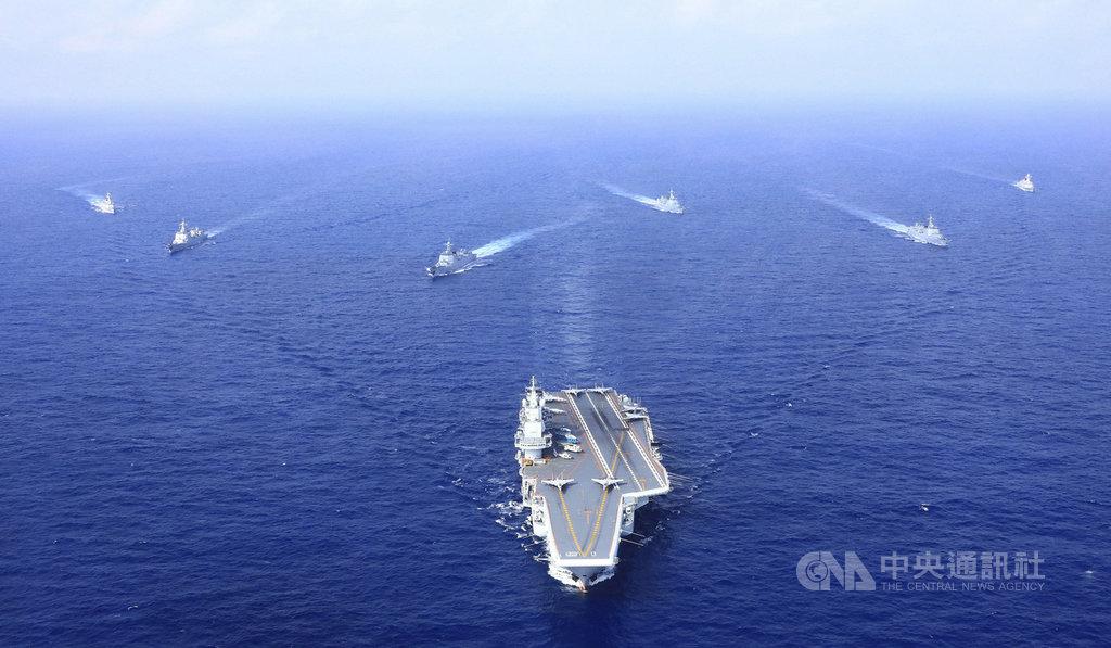 中國大陸2020年國防預算草案22日出爐,總額為人民幣1兆2680億元(約新台幣5.34兆元),比2019年成長6.6%,約為台灣國防預算的15倍。圖為解放軍航空母艦遼寧號編隊。(中新社資料照)中央社  109年5月22日