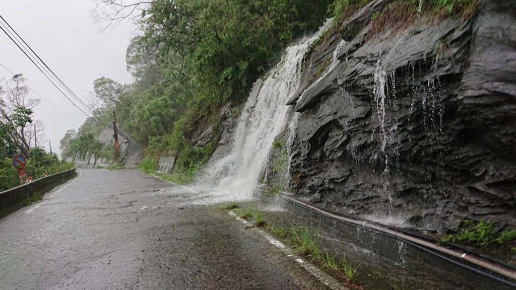 據中央氣象局觀測資料,屏東縣三地門鄉德文村22日累積雨量至晚間7時已達566.5毫米,德文村山區道路隨處可見小瀑布。(德文村民提供)中央社記者郭芷瑄傳真 109年5月22日