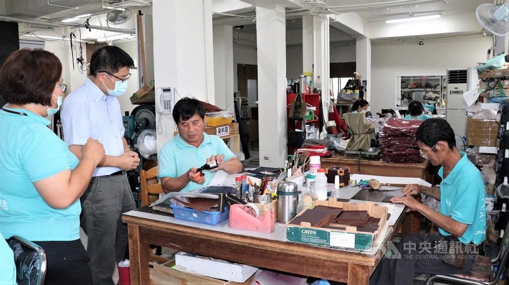 台南市西港區復健青年勵進會皮革工作室,目前共有20名工作者,當中半數為肢體障礙者,他們坐著輪椅或手拿拐杖,但手藝卻比一般人精巧,每件皮雕商品從剪裁、雕刻、染色、組裝到包裝,全都一手包辦,還可以客製化。(勞動部勞動力發展署雲嘉南分署提供)中央社記者張榮祥台南傳真 109年5月22日