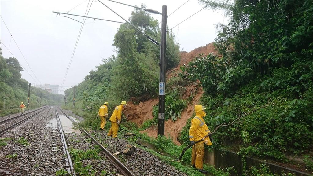 根據台鐵通報,豪雨導致土石滑落鐵軌,台鐵從22日上午11時36分起,新豐站到竹北站各車次均有延誤。(圖取自facebook.com/TaiwanRailwayAdministration)