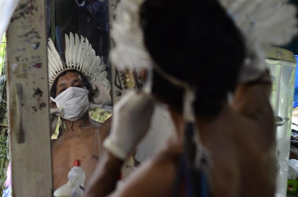 全球累計武漢肺炎確診病例一舉突破500萬例大關,新增病例特別集中在拉丁美洲國家。圖為7日巴西亞馬遜雨林區內最大城瑪瑙斯中的原住民也戴起口罩防疫。(安納杜魯新聞社提供)