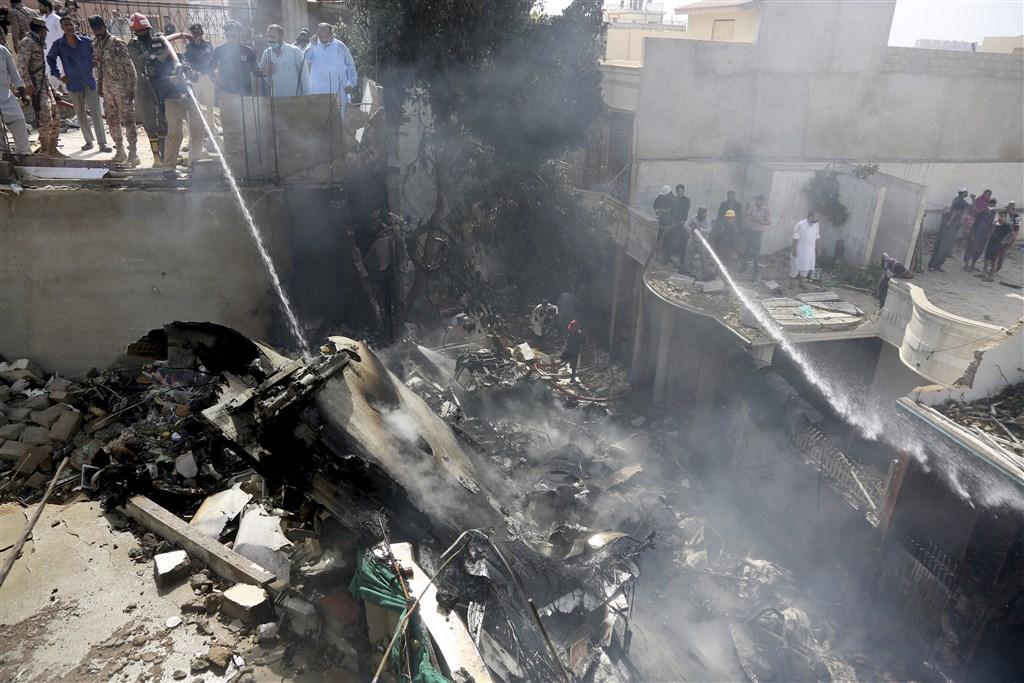 國營巴基斯坦國際航空一架客機22日在喀拉蚩市附近墜毀,公司發言人表示,飛航資料記錄器和駕駛艙語音記錄器都已找到。圖為消防人員正撲滅飛機失事引發的火災。(美聯社)