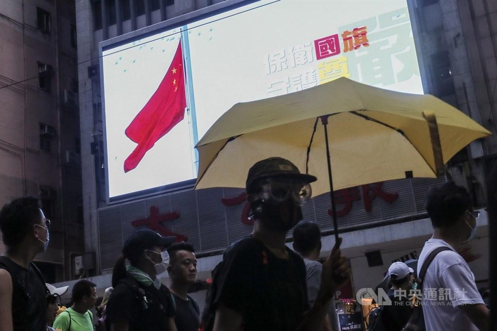 英國、澳洲和加拿大外交部長22日表示,在香港歷經支持民主的抗議浪潮後,對中國公布香港版國安法草案深表關切。圖為2019年8月11日香港反送中集會,示威現場電視牆正播放中共宣傳影片。(檔案照片)中央社記者吳家昇攝