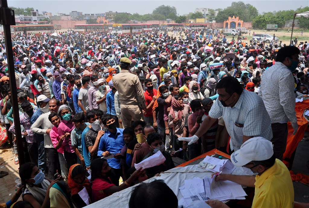 印度武漢肺炎單日新增確診病例創下新高。圖為18日印度加茲阿巴德民眾排隊等候搭乘火車。(安納杜魯新聞社提供)