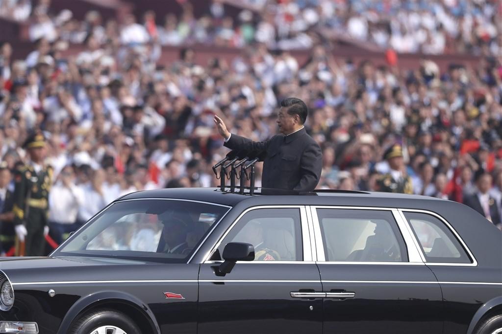 北京推動制定「港版國安法」掀起爭議,紐約時報形容,這是中國國家主席習近平趁西方忙於抗疫時馴化香港的政治豪賭。圖為2019年10月1日習近平出席慶祝中國成立70週年大會。(中新社提供)