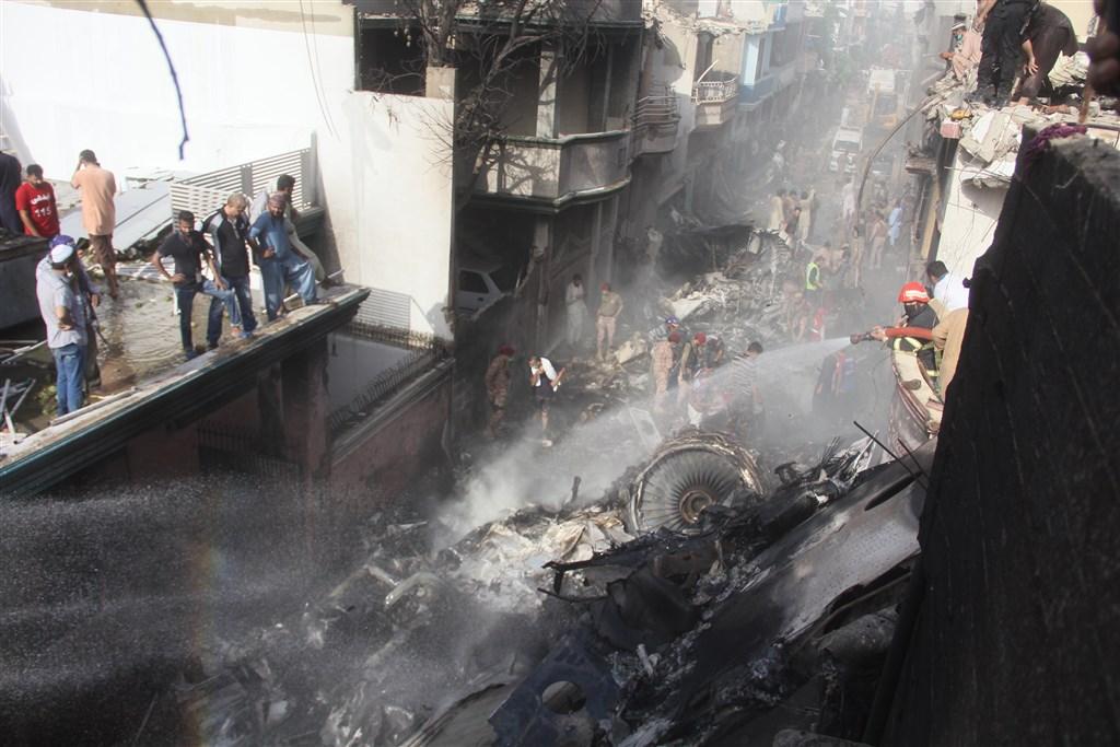 巴基斯坦國際航空一架載著近百人的客機22日墜入喀拉蚩市住宅區,目前已尋獲40餘具罹難者遺體。(安納杜魯新聞社提供)