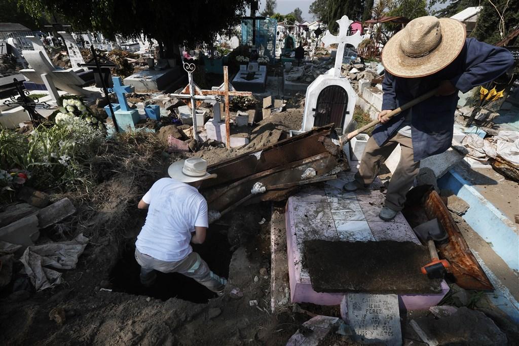 拉丁美洲部分地區正受到2019冠狀病毒疾病疫情攀升的蹂躪,墨西哥甚至出現火葬場不堪負荷的狀況。圖為墨西哥一處墓地。(美聯社)