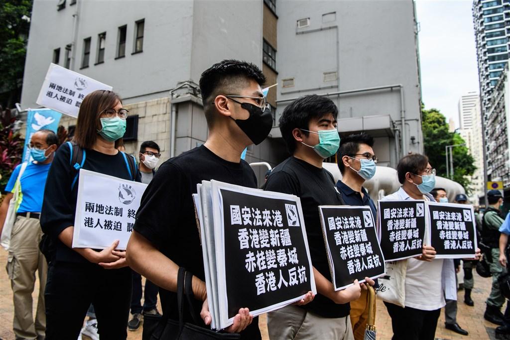 西方國家對中國公然侵犯香港自治權感到憤怒,美國22日進一步揚言,將取消香港特殊貿易待遇。圖為香港民眾22日在中聯辦外抗議港版國安法。(法新社提供)