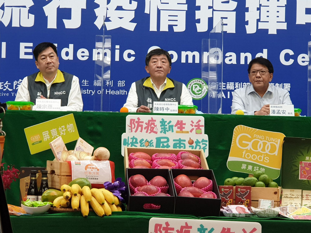 中央流行疫情指揮中心指揮官陳時中(中)24日說,台灣已滿6週沒有本土武漢肺炎個案,且確診者已有414人解除隔離,台灣可逐步恢復生活。中央社記者陳偉婷攝 109年5月24日