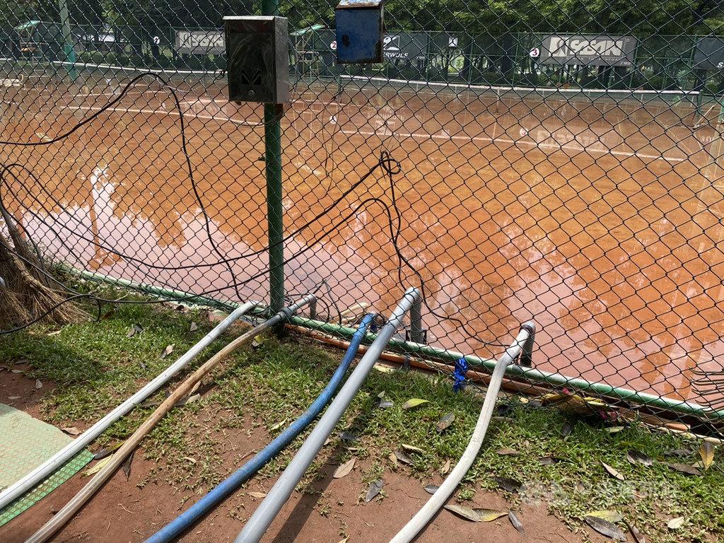 高雄市中央公園內的民生網球場因日前豪雨嚴重積水,變成一座大水塘,24日積水仍未退,運動發展局持續抽水,預計下午才能抽乾。(高雄市運動發展局提供)中央社記者程啟峰傳真  109年5月24日