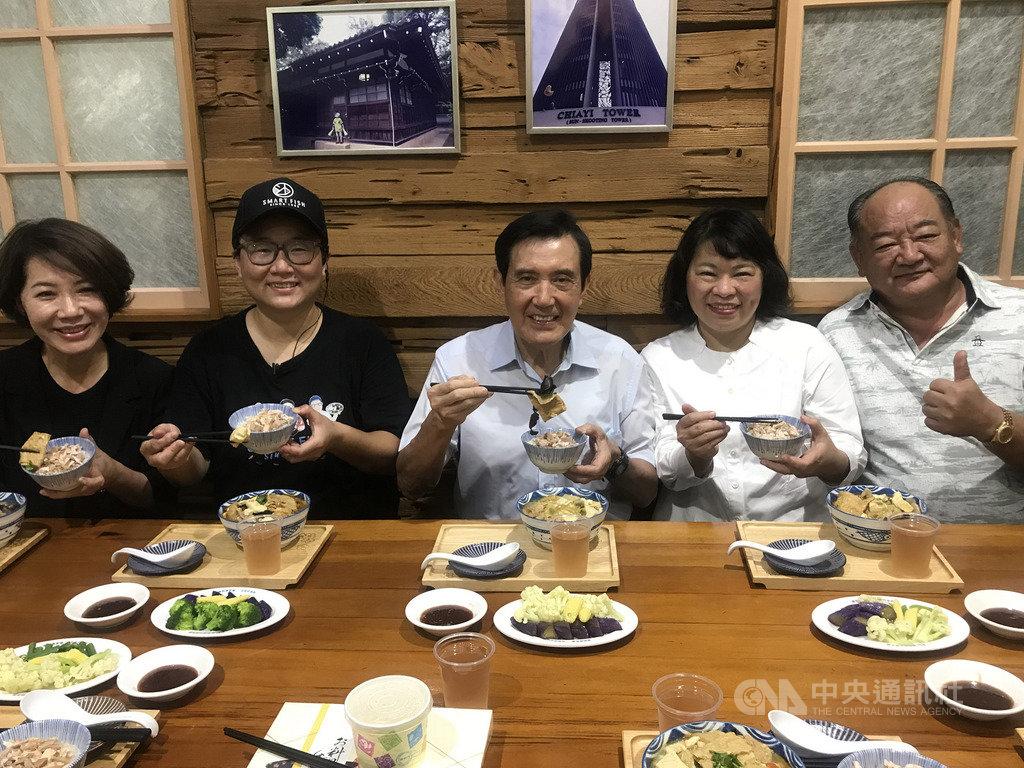 前總統馬英九(中)24日到嘉義市訪友並順道前往知名美食店家「林聰明沙鍋魚頭」,與嘉義市長黃敏惠(右2)等人一嚐美食。 中央社記者姜宜菁攝 109年5月24日