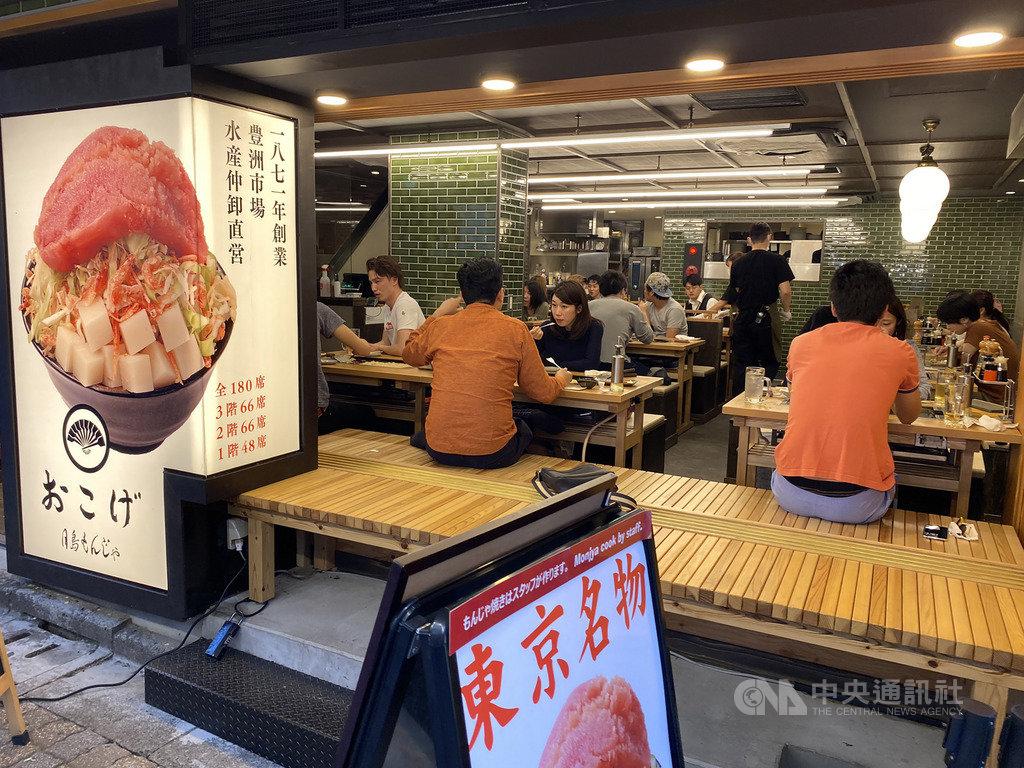 因疫情趨緩,日本尚未解除緊急事態宣言僅剩東京等首都圈1都3縣及北海道,可望25日解除。東京鬧區有些餐館24日顧客已見增多。中央社記者楊明珠東京攝 109年5月24日