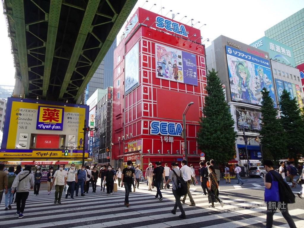東京都武漢肺炎疫情趨緩,民眾出門的情況增多。圖為週末知名的電器街秋葉原街景。中央社記者楊明珠東京攝 109年5月23日