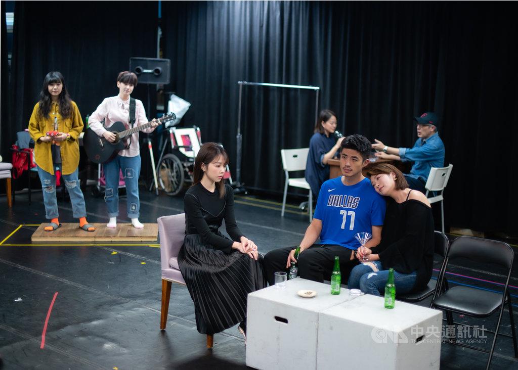已故戲劇大師李國修的經典舞台劇「昨夜星辰」重回舞台,由演員邵雨薇(前左)詮釋因父親外遇,對婚姻畏懼但又嚮往愛情,最後成為劇中男主角梁正群(前右2)外遇對象的女子。(寬宏藝術提供)中央社記者葉冠吟傳真 109年5月24日