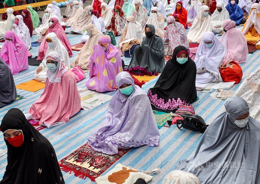開齋節祈福儀式24日在台北車站行旅廣場舉行,為配合防疫,要求參與者保持距離並戴上口罩禮拜。中央社記者裴禛攝 109年5月24日