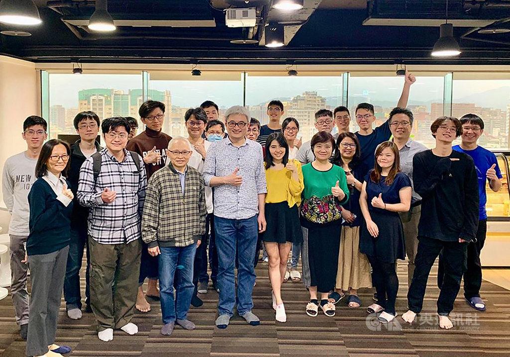 台灣人工智慧實驗室創辦人杜奕瑾(中)認為,年輕人應該勇於「不務正業」,重視一般人沒有發現的需求,甚至用新方法解決。(台灣人工智慧實驗室提供)中央社記者潘姿羽傳真 109年5月24日