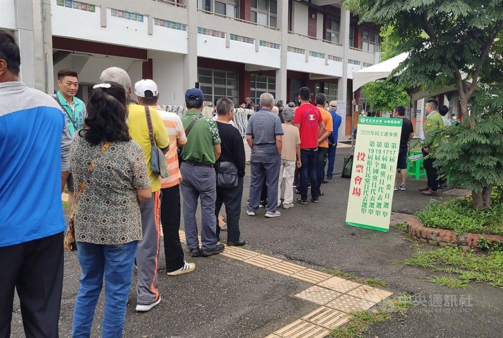 民進黨24日舉行全國黨代表暨縣市黨部主委改選,台東縣有投票權的黨員共927人,計有853人投票,投票率約9成2,是台東歷來投票率最高的一次。中央社記者盧太城攝 109年5月24日