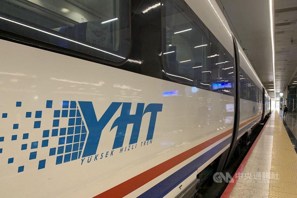 土耳其逐步放寬2019冠狀病毒疾病(COVID-19)防疫禁令,交通與基礎建設部宣布,高速鐵路自28日起局部恢復營運。圖為2019年9月5日在安卡拉站月台的高鐵列車。中央社記者何宏儒安卡拉攝 109年5月24日