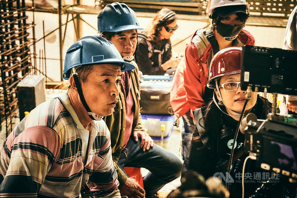 台劇「做工的人」前進真實工地拍攝取景,過程艱辛,導演鄭芬芬(前右)與演員柯叔元(左2)、李銘順(左)在工地現場檢查拍攝畫面。(大慕影藝提供)中央社記者葉冠吟傳真 109年5月24日