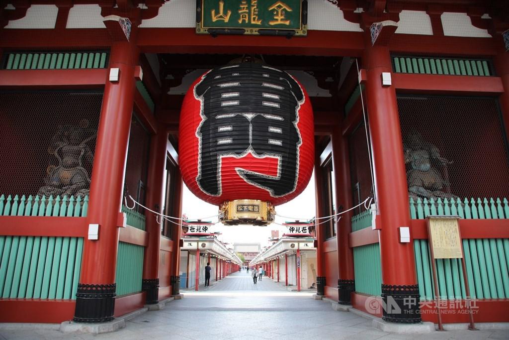 日本政府25日擬全面解除境內東京等地「緊急事態宣言」。圖為東京淺草冷清景象。(中央社檔案照片)
