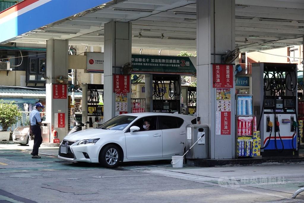 國際油價持續回升,連帶影響國內油價,中油24日宣布,自25日凌晨零時起,汽油每公升調升新台幣0.5元,柴油每公升調升0.8元。中央社記者鄭傑文攝 109年5月24日