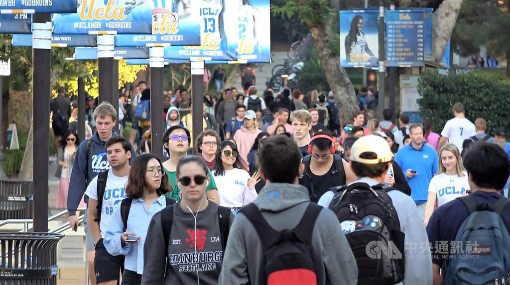 美國2020年高中、大專院校將發出600多張畢業證書,許多社會新鮮人就業機會受限。圖攝於2019年10月,為疫情前加州大學洛杉磯分校(UCLA)校園一景。中央社記者林宏翰洛杉磯攝 109年5月24日