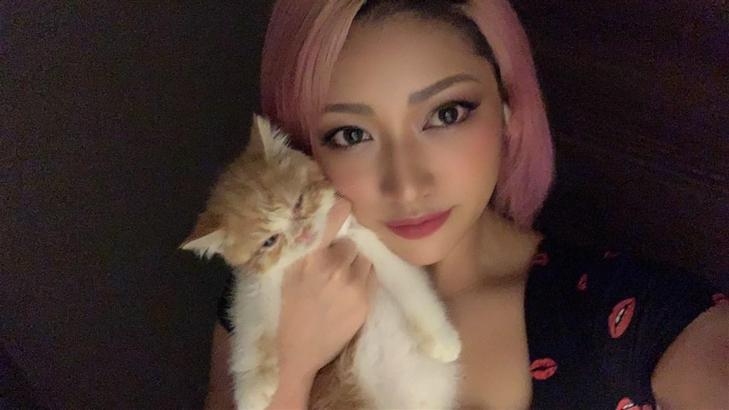 日本摔角選手木村花參與戀愛實境節目「雙層公寓」飽受酸民攻擊,23日驚傳過世。(圖取自木村花推特twitter.com/hanadayo0903)