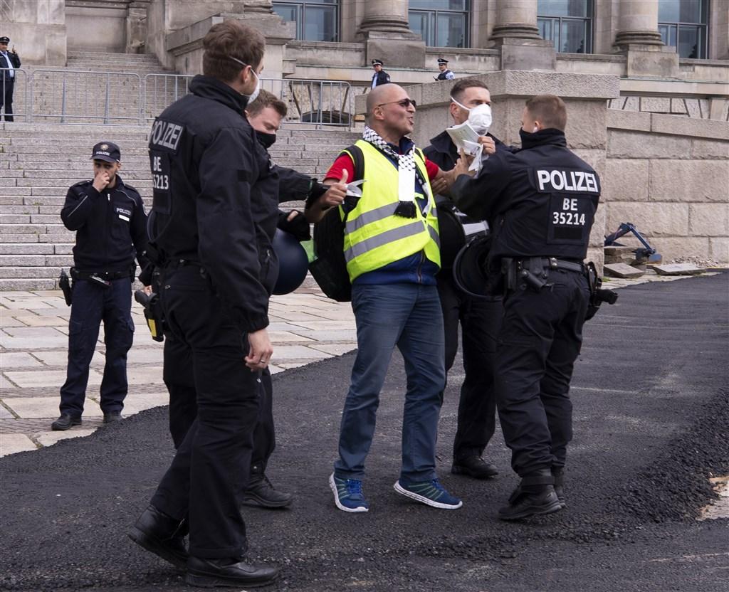 德國反對防疫封鎖令的抗議活動氣勢日益增強,各地23日共出現數十場示威。(安納杜魯新聞社提供)