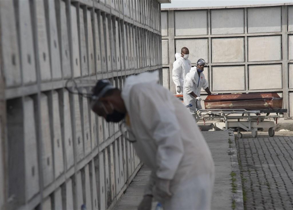 拉丁美洲2019冠狀病毒疾病疫情不見緩和,巴西超越俄羅斯,成為僅次美國的全球疫情第二大熱點。圖為里約熱內盧公墓。(安納杜魯新聞社提供)