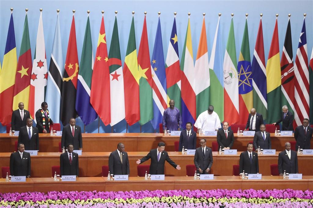 華府保守派智庫「傳統基金會」警告,中國可能藉由為非洲國家興建政府建築物,蒐集非洲領袖及官員的情資。圖為2018年在北京舉行中非合作論壇。(中新社提供)