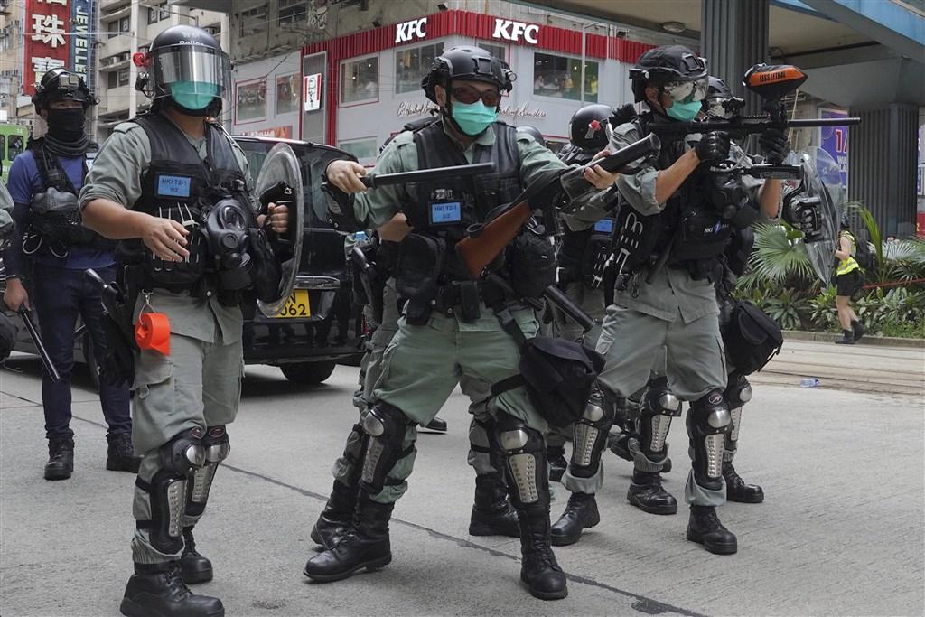 香港網友24日下午在港島發起遊行,抗議香港立法會和中國全國人大審議「國歌法」及「港版國安法」,警方以催淚彈驅離。(美聯社)