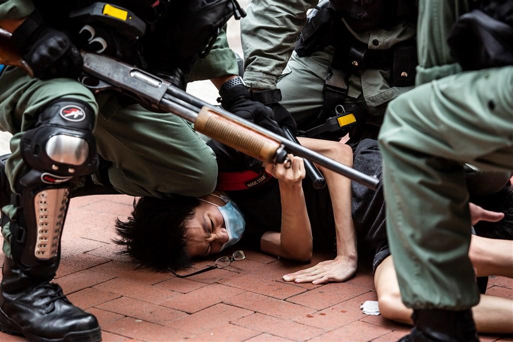 中國強推「港版國安法」引爭議。美國、英國、澳洲及加拿大28日發表聯合聲明,表示該法恐破壞「一國兩制」、提高香港政治犯罪遭起訴機率,並加劇社會分歧。圖為24日香港民眾走上街頭抗爭,反對「港版國安法」和「國歌法」審議,遭港警強勢壓制。(法新社提供)