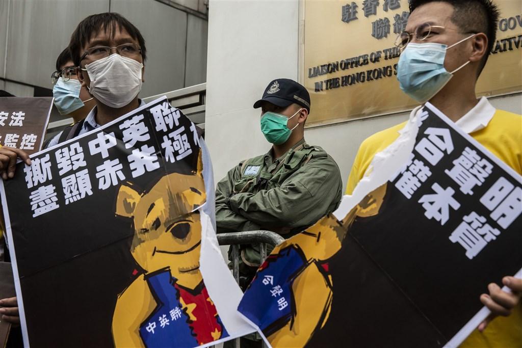 美國白宮國家安全顧問歐布萊恩說:「若中國共產黨繼續推動實施港版國安法,並且接管香港,我看不出香港如何能維持亞洲金融中心地位。」圖為香港多個泛民政黨24日上街抗議「港版國安法」。(法新社提供)