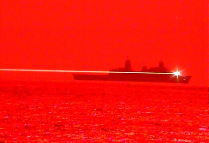 美國海軍一艘軍艦實測能破壞飛行中航空器的新型高能雷射武器,成功摧毀一架無人機。圖為美軍實測固態雷射武器的情形。(圖取自Flickr;作者U.S. Pacific Fleet,CC BY-NC 2.0)