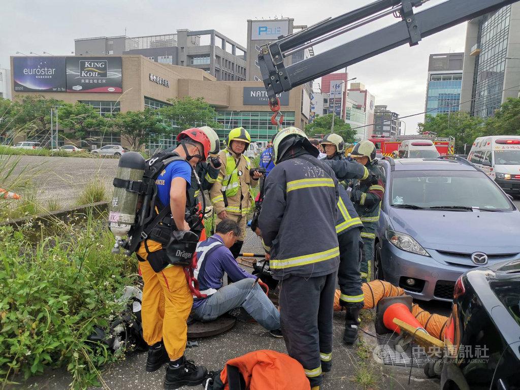 台北市內湖區新湖二路25日下午發生工安意外,3名工人在下水道施工時,因一氧化碳數值偏高而意識不清,消防局獲報立即派員到場救援。(民眾提供)中央社記者黃麗芸傳真 109年5月25日