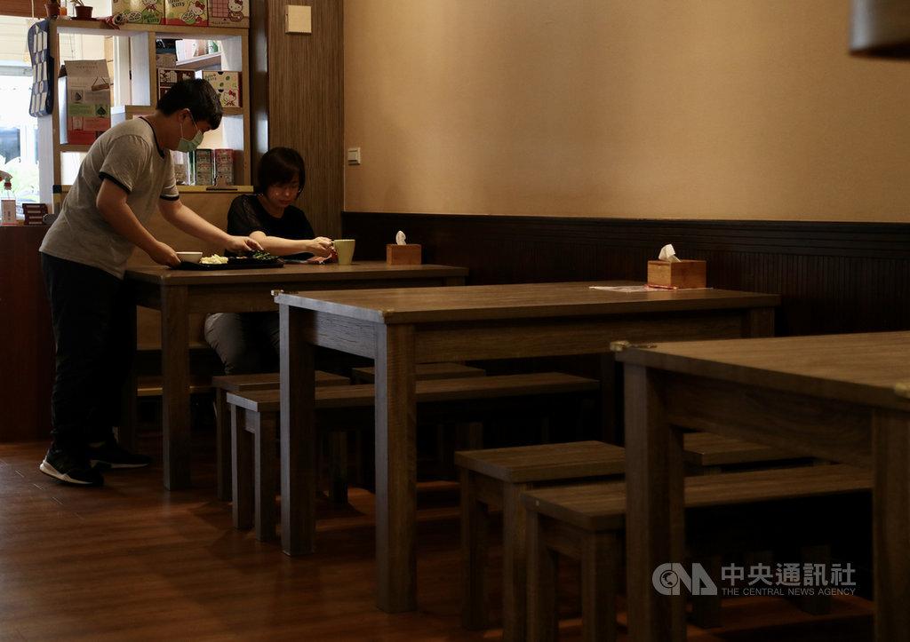 經濟部25日公布統計,受武漢肺炎疫情影響,2020年4月餐飲業營業額為新台幣479億元,為2014年12月以來新低,年減22.8%,也是經濟部開辦統計20年以來最大跌幅。中央社記者張皓安攝 109年5月25日