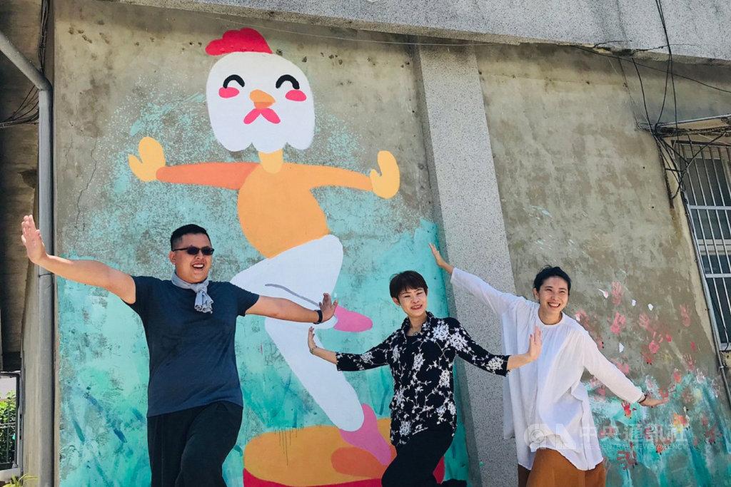 台南市政府文化局今年社區營造計畫首次徵選個人提案,25日邀請獲補助的青年提案人蔡仕霖(左)分享提案內容。中央社記者楊思瑞攝 109年5月25日