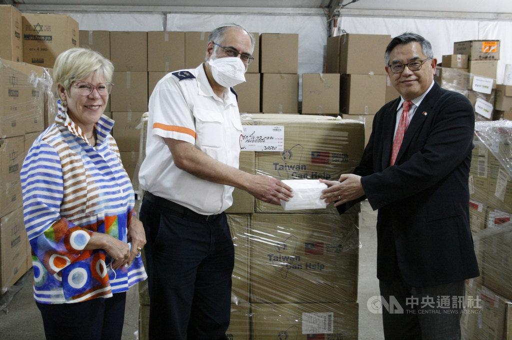 駐以色列代表張國葆25日將10萬片口罩捐贈以色列紅色大衛之星(MDA),MDA社區事務副主席傑斐(中)拆封大讚MIT品質。(駐以色列代表處提供)中央社記者何宏儒安卡拉傳真   109年5月25日