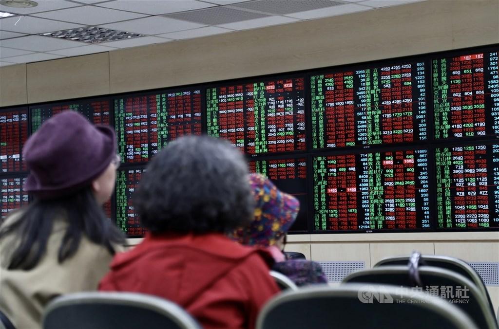 台股25日上下震盪超過150點,終場翻紅上漲60點,重返10日線10861點之上。(中央社檔案照片)