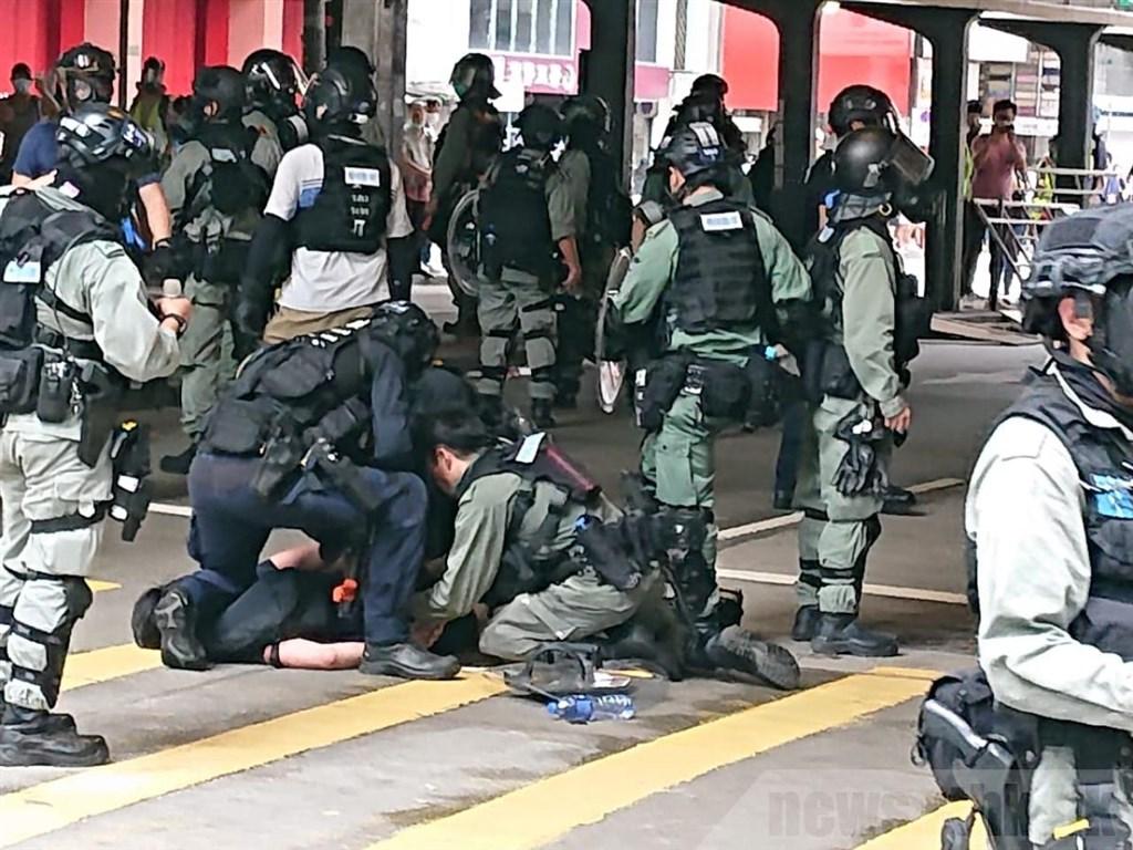 港人反對「港版國安法」和「國旗法」審議發起遊行上街抗議。防暴警察以催淚彈和水炮驅散,逮捕至少120名示威者。(香港電台提供)中央社