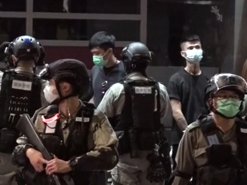 香港民眾24日上街抗議「港版國安法」,港警入夜後採機動攔查方式意圖控制各現場,至晚間9時許至少有180人被捕。(圖取自香港電台網頁news.rthk.hk)