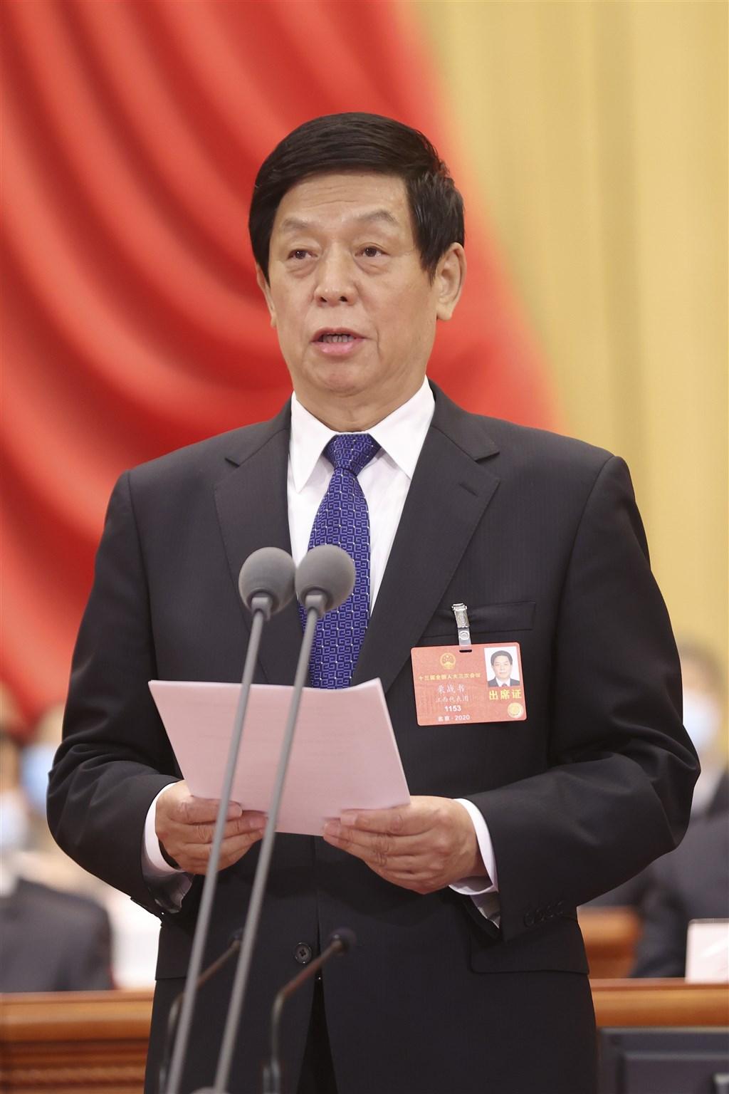 中國全國人大常委會委員長栗戰書25日在工作報告中說,全國人大今後一個階段仍堅持一個中國原則,在「九二共識」基礎上推動兩岸關係和平發展。圖為22日栗戰書主持全國人大開幕。(中新社提供)