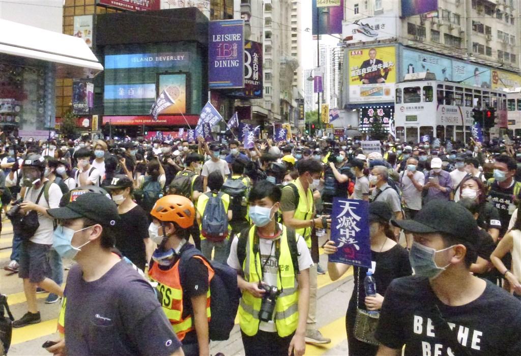 中國堅持推動實施「香港版國安法」,美國總統川普26日表示,他準備對中國採取強而有力行動。圖為香港民眾24日上街抗議「港版國安法」。(共同社提供)