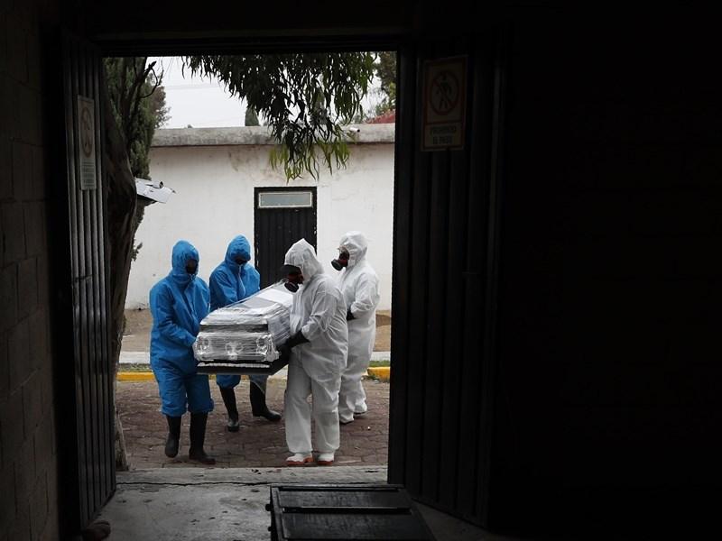 墨西哥總統羅培茲歐布拉多24日表示,武漢肺炎肆虐下許多非必要產業持續關閉,可能導致高達100萬個工作職位流失。圖為喪葬工作人員搬運染疫死亡民眾遺體。(美聯社)